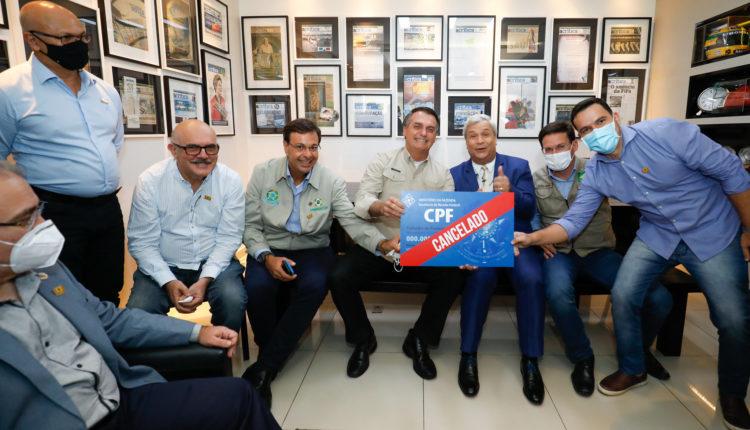 """51135605690 4237112078 k 750x430 1 - Bolsonaro ignora mortes por covid e posa para foto com placa """"CPF cancelado"""""""