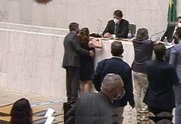 Deputado flagrado apalpando seios de parlamentar é suspenso por 180 da Assembleia