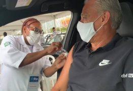 Tite é vacinado contra a covid-19 no Rio