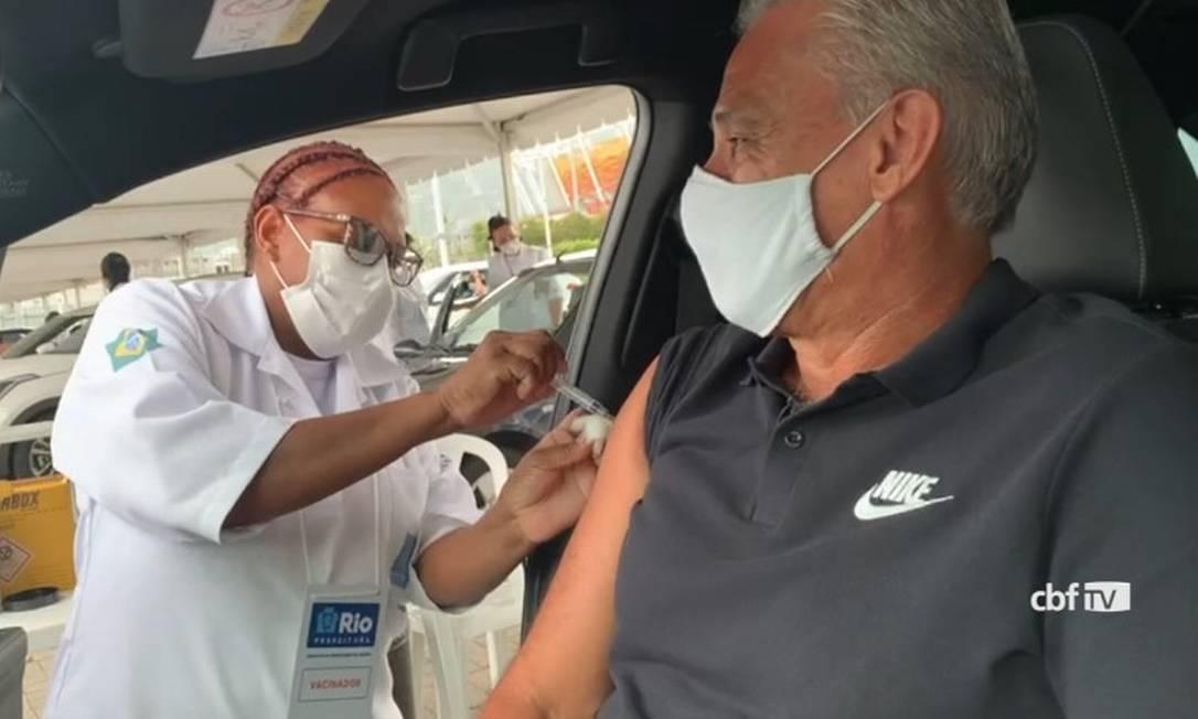 xtite vacinado.jpg.pagespeed.ic .Z9c oyBooF - Tite é vacinado contra a covid-19 no Rio