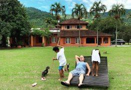 Marido mostra Luiz Fernando Guimarães curtindo filhos em sítio do casal