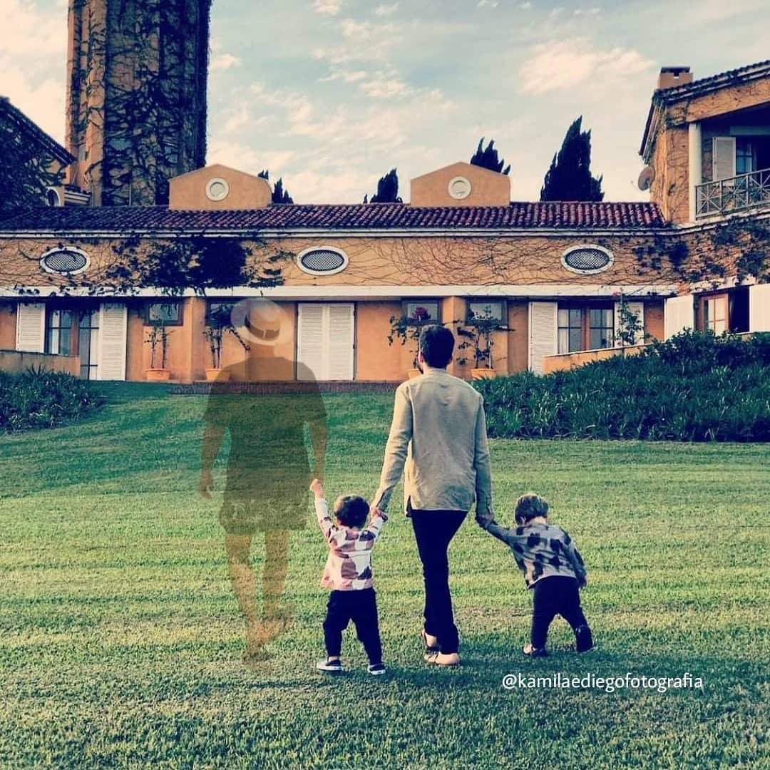 Montagem de Paulo Gustavo em foto de Thales Bretas e filhos emociona a web