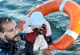 Foto de policial resgatando bebê no mar viraliza