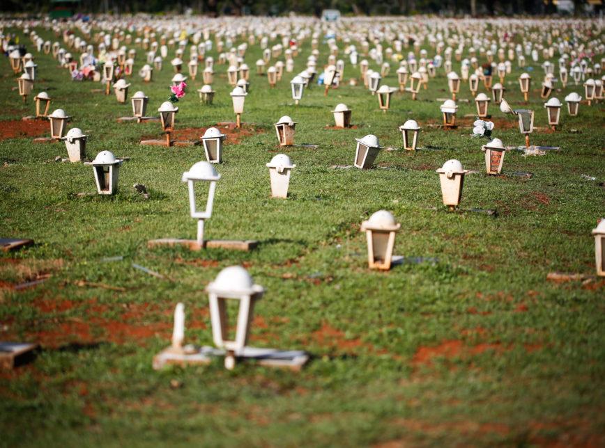 Cemiterio Mortos Coronavirus Brasilia Covid19 3 1 868x644 1 - Brasil registra 2.008 mortes por Covid-19 em 24 horas