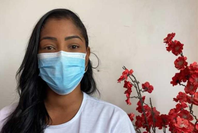 """ENFERMEIRA THAIS CARVALHO 1 - RACISMO! Homem se recusa a receber vacina contra covid de voluntária negra, vítima desabafa: """"Fiquei em estado de choque"""""""