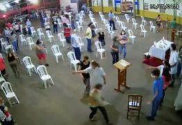 PÂNICO E CORRERIA! Homem invade missa de 7º dia para fugir de abordagem policial – VEJA VÍDEO