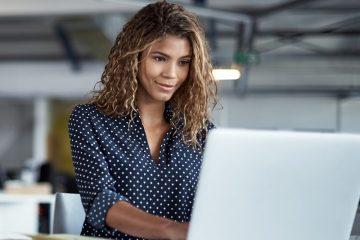 Mulher no computador 1  360x240 - Google encerra inscrições para curso gratuito de tecnologia nessa sexta