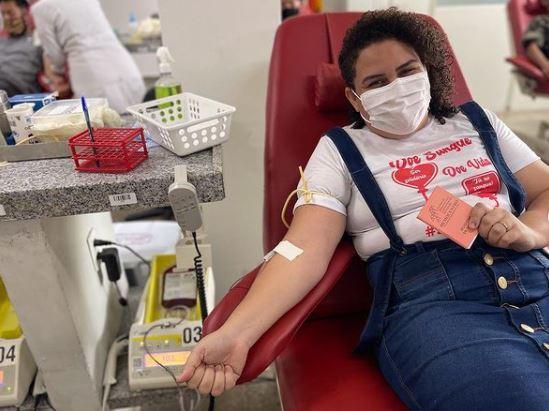 """565698 - No dia mundial do doador de sangue, Luciene Gomes faz doação e fala da importância: """"ato de muita nobreza e amor"""" - VEJA VÍDEO"""