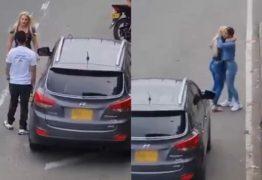 CARA DE PAU! Mulher flagra marido em sexo com sua amiga dentro de carro; desfecho é surpreendente – VEJA VÍDEO