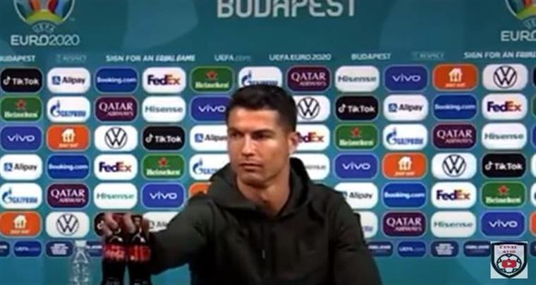 782104 - Cristiano Ronaldo afasta garrafas da Coca-Cola e provoca queda de US$ 4 bilhões nas ações da empresa