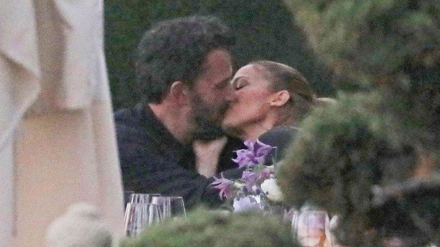 7h2grodod1we5kgt60umirjom - Jennifer Lopez e Ben Affleck são flagrados os beijos em jantar romântico