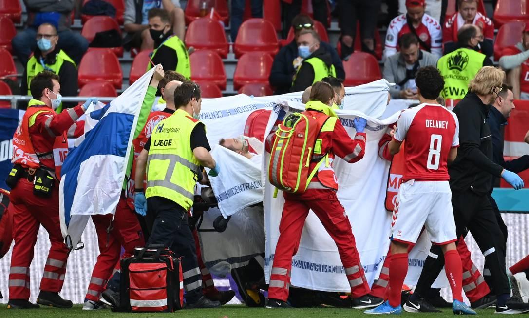 93326574 Soccer FootballEuro 2020Group BDenmark v FinlandParken Stadium Copenhagen D - EUROCOPA: craque da Dinamarca desmaia em campo e situação preocupa - VEJA VÍDEO
