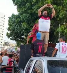"""CAMPINENSE - IRRESPONSABILIDADE! Presidente do Campinense, Phelipe Cordeiro participa de carreata na vitória do time gerando aglomeração e diz: """"Estou vacinado"""" - VEJA VÍDEO"""