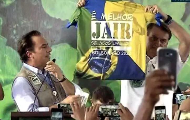 Bolsonaro exibe camisa com alusão à eleição de 2022