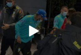 """Fãs de Neymar furam bloqueio de seguranças e """"atropelam"""" jogador em hotel da Seleção; veja vídeo"""
