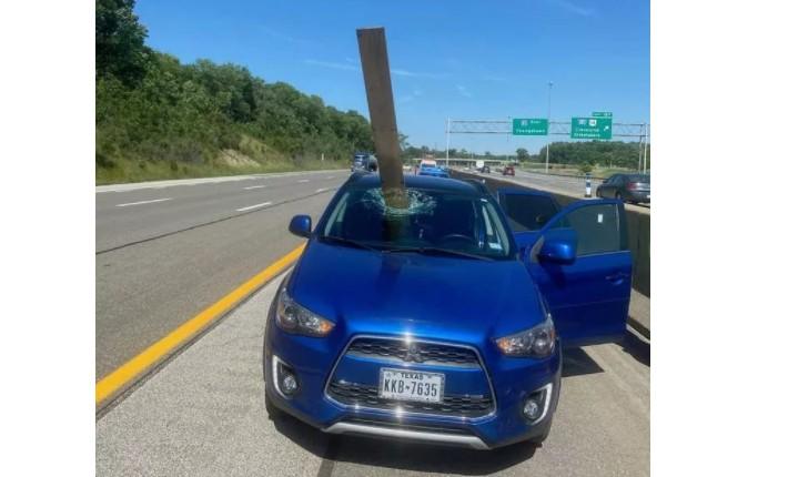 Capturar 85 - Carro é atingido por madeira e ocupantes escapam por pouco - VEJA VÍDEO