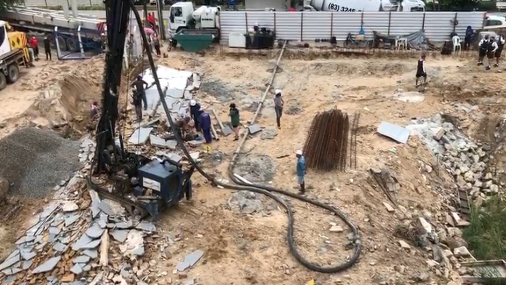acidente obra manaira - TRAGÉDIA! Durante obra, muro desaba e deixa três trabalhadores feridos em João Pessoa