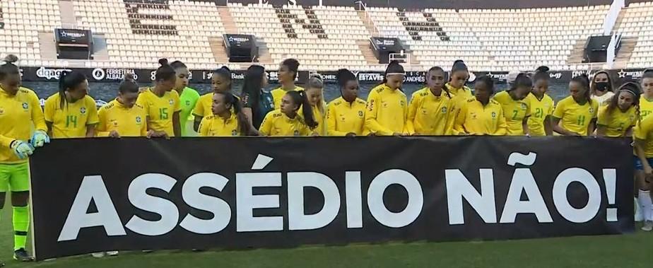"""assedio 1 - Seleção feminina de futebol solta manifesto e faixa: """"Assédio Não"""""""