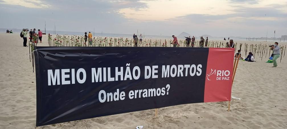 ato copacabana - Ato em Copacabana: ONG 'planta' rosas na praiapelos 500 mil mortos pela Covid no Brasil