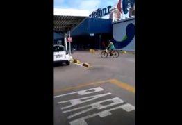 MOMENTOS DE TERROR! Homens armados assaltam supermercado e levam reféns em fuga – VEJA VÍDEO