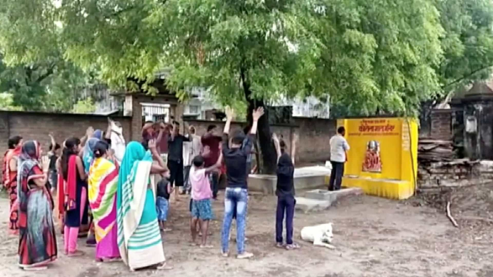 deusa corona - DEVOÇÃO! Habitantes de aldeia rezam a 'deusa corona' para livrar população do coronavírus