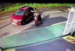 MAIS DE 10 TIROS: Mulher é executada por motociclista quando chegava em casa