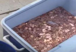 Pai joga 80 mil moedas de um centavo em quintal para pagar pensão da filha