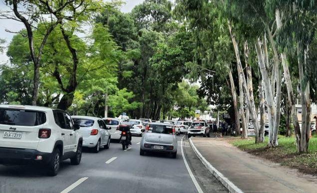 prot - PROTESTO: músicos e trabalhadores de bares e restaurantes bloqueiam trânsito próximo à Granja Santana