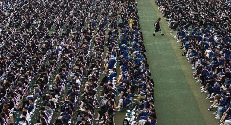 wuhan - Um ano após restrições, Wuhan organiza formatura para mais de 11 mil estudantes