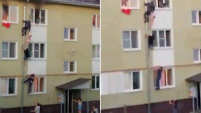xblog russia.jpg.pagespeed.ic .QhAG JWrie - Homens escalam fachada de prédio para salvar três crianças de incêndio - VEJA VÍDEO
