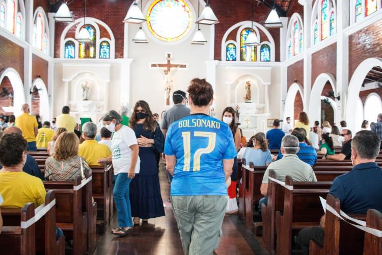 1 psx 20210718 092121 16446484 - PALANQUE POLÍTICO: Com padre afastado temporariamente, bolsonaristas lotam igreja em Fortaleza - VEJA VÍDEO
