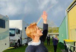 """Nicole Kidman choca fãs com cabelos curtíssimos e """"adeus"""" aos famosos cachos"""