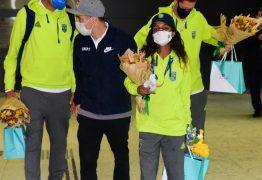 FADINHA! Rayssa Leal é recebida por fãs e ganha presentes na chegada ao Brasil – VEJA VÍDEO