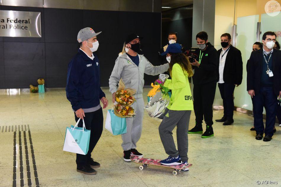 3639516 rayssa leal chega ao brasil com recepcao 950x0 1 - FADINHA! Rayssa Leal é recebida por fãs e ganha presentes na chegada ao Brasil - VEJA VÍDEO