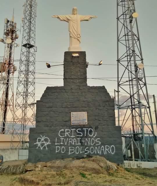 77e8bb84144de016572e13abbf8eeff5 - 'Livrai-nos do Bolsonaro': monumento católico é pichado com frase contra presidente em Cajazeiras; internautas protestam