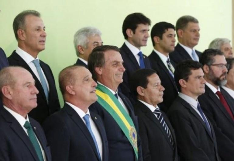 """Bolsonaro 1 - Rotatividade no poder: a """"dança de cadeiras"""" no governo Bolsonaro - Por Nonato Guedes"""