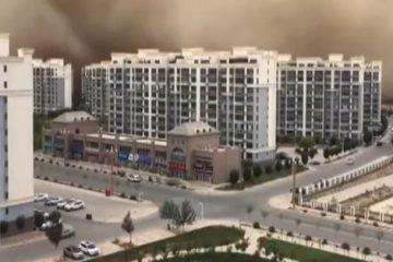 'Muro de areia' de 100 metros 'engole' cidade – VEJA VÍDEO