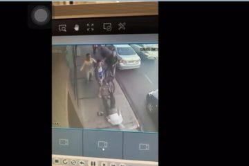 Capturar 104 360x240 - Jovem acerta idoso de 78 anos com voadora, mas vídeo flagra agressão; veja