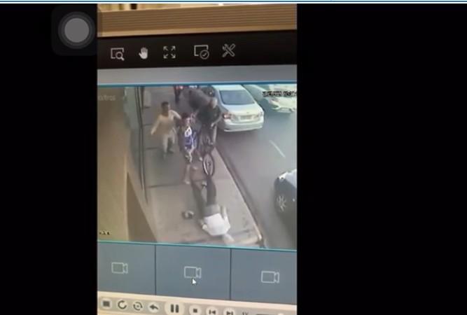 Capturar 104 - Jovem acerta idoso de 78 anos com voadora, mas vídeo flagra agressão; veja
