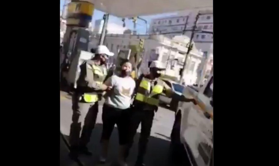 Capturar 25 - Mulher que batia panela é presa durante motociata de Bolsonaro; PM alega desobediência; VEJA VÍDEO