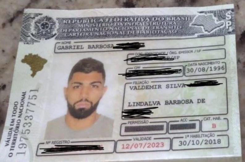 Capturar 73 - Torcedores do Flamengo encontram CNH de Gabigol em aeroporto e o procuram para devolvê-la