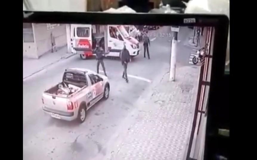 Capturar 96 - Homem rouba ambulância e bate em viatura da PM durante fuga - VEJA VÍDEO