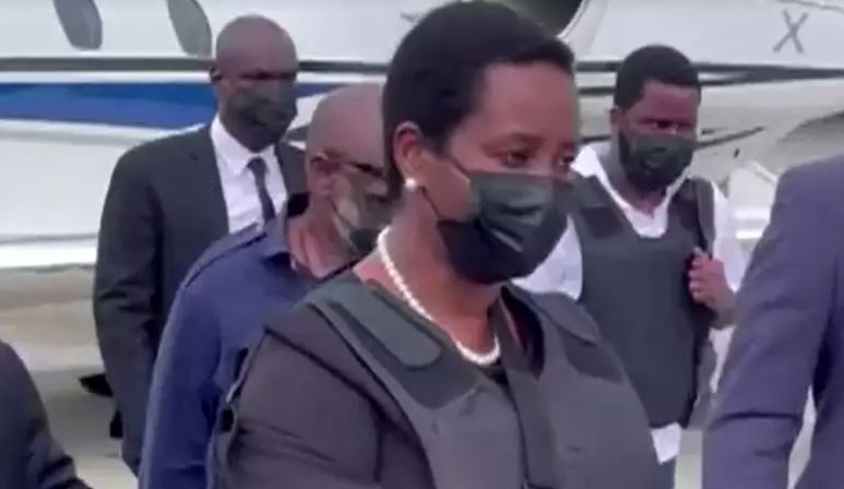Capturar.JPGjm  2 - Primeira-dama do Haiti volta ao país com colete à prova de balas