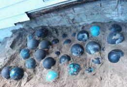 Homem descobre 158 bolas de boliche enterradas durante reforma de casa