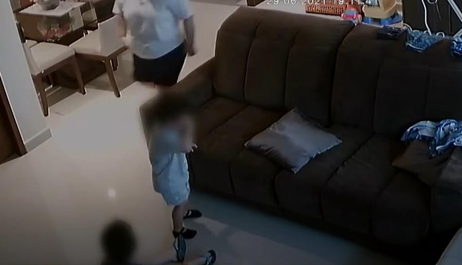 Capturar - Babá é presa em flagrante após agredir criança de 2 anos com cabide