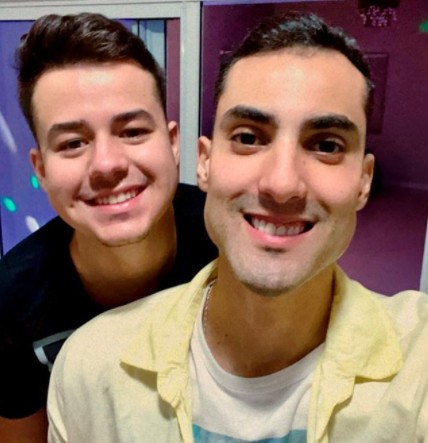 DOUGLAS E NAMORADO - ANTIBOLSONARISTA E GAY: Atleta do vôlei nas Olimpíadas viraliza na web, conheça Douglas Souza o novo 'Juliette do Brasil' - VEJA VÍDEO