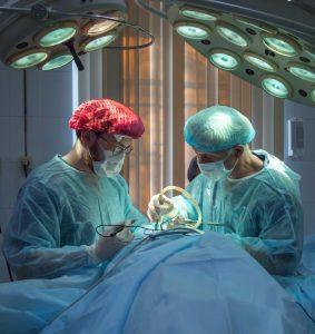 Medicos em cirurgia ilustracao transplante 283x300 - Pandemia impede realização de mais de 1 milhão de cirurgias em um ano