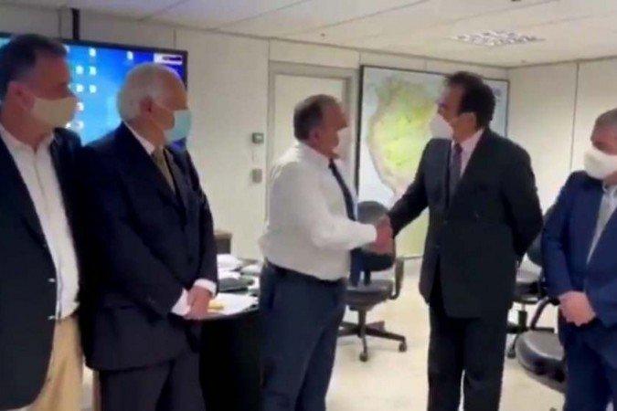 PAZUELLO - ESCÂNDALO! Pazuello negociou Coronavac com intermediária e pelo triplo do preço - VEJA VÍDEO