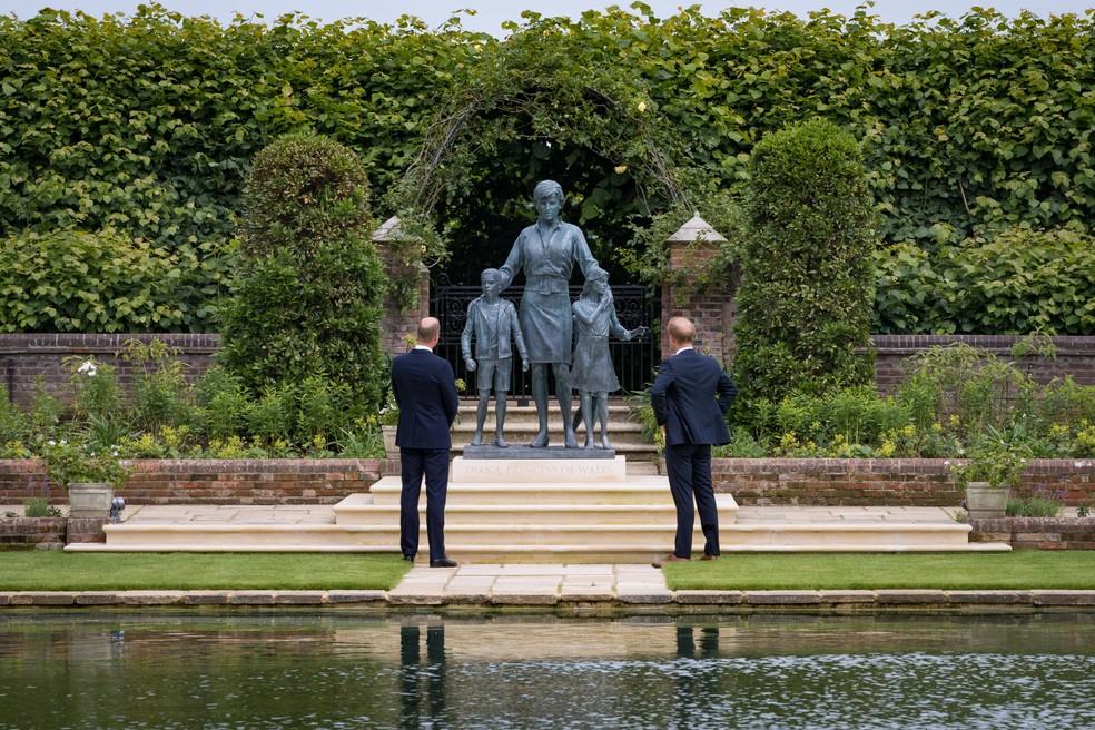 Principe Harry e William - Após se evitarem publicamente, Príncipe Harry e William se encontram durante inauguração de estátua em homenagem a Lady Di