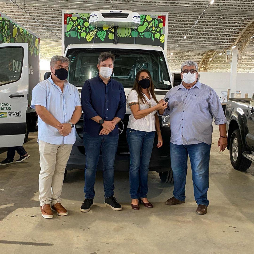 WhatsApp Image 2021 07 02 at 17.57.28 - Governador atende pedido de Júnior Araújo e entrega caminhão baú e equipamentos para municípios de Vieirópolis e São José da Lagoa Tapada na região de Sousa